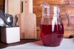 Neues und gesundes rotes Fruchtsaftgetränk in einem Glaskrug auf dem w Lizenzfreies Stockfoto