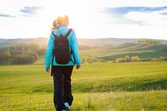 Neues und gesundes weibliches Modell während der Wanderung draußen auf dem Gebiet Lizenzfreies Stockfoto