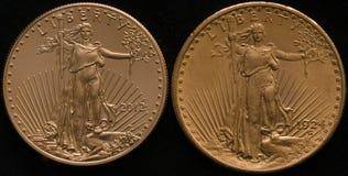 Neues US-Gold Eagle Coin gegen Altes US-Golddoppeltes Eagle Coin Lizenzfreies Stockbild