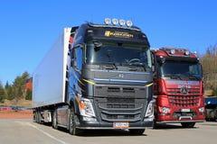 Neues Volvo FH 500 halb und Mercedes-Benz Arocs Logging Trucks Stockfoto
