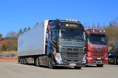 Neues Volvo FH 500 halb und Mercedes-Benz Arocs Logging Trucks Lizenzfreie Stockfotos