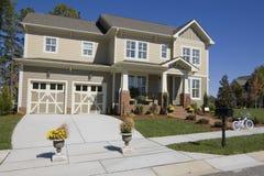 Neues Vorstadthaus für Verkauf Stockfoto