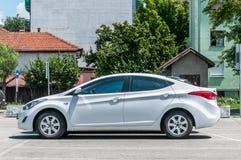 Neues weißes luxuriöses Hyundai Elantra-Limousinenhecktürmodell 2 0 Sportwagen parkte auf dem Parkplatz in der Stadt lizenzfreies stockfoto