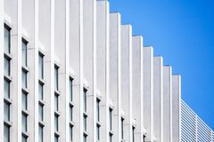 Neues weißes Wandmuster unter blauem Himmel Lizenzfreie Stockbilder