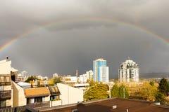 Neues Westminster, Kanada - circa 2017: Ein großer Regenbogen über dem c Lizenzfreie Stockbilder