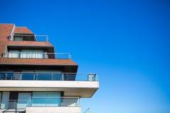Neues Wohngebäude und blauer Himmel Stockfoto