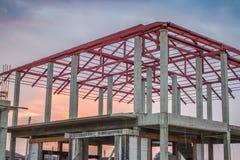 Neues Wohnhaus des Baus laufend an der Baustelle Lizenzfreie Stockfotos