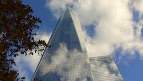 Neues World Trade Center-Gebäude in New York City und in seiner Reflexion stock footage