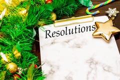 2019 neues Year& x27; s-Beschlüsse mit Weihnachtsbaumasten, goldenem Stern, Zuckerstange und Schneeflocken auf hölzernem Hintergr stockbilder