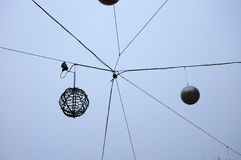 Neues Year' s-Dekorationen auf dem Himmelhintergrund stockfoto