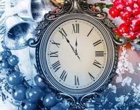 Neues Year& x27; s-Stillleben Alte Uhr auf Schnee Stockbild
