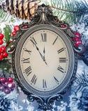 Neues Year& x27; s-Stillleben Alte Uhr auf Schnee Lizenzfreies Stockfoto