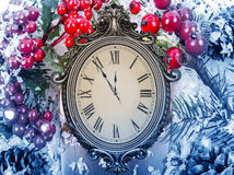 Neues Year& x27; s-Stillleben Alte Uhr auf Schnee Lizenzfreie Stockfotos