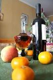Neues Year& x27; s-Tabelle mit Wein und Zitrusfrucht Lizenzfreies Stockbild