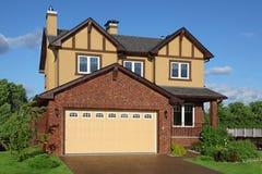 Neues zwei-sagenumwobenes braunes Häuschen mit eingebauter Garage Stockbilder