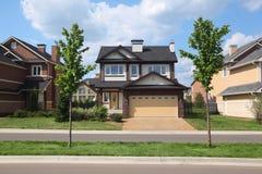 Neues zwei-sagenumwobenes Häuschen mit Garage Lizenzfreie Stockfotos