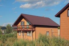 Neues zwei-storeyed Landhaus von der Stange Lizenzfreie Stockfotografie