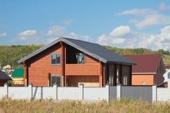 Neues zwei-storeyed Landhaus von kalibrierter Stange (gerundeter Klotz) Stockfoto
