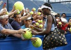 Neuf autographes de signature de Venus Williams de champion de Grand Chelem de périodes après la pratique pour l'US Open 2014 Images libres de droits