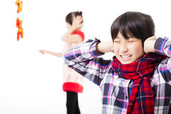 An neuf chinois heureux enfants jouant avec le pétard Image libre de droits