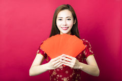 An neuf chinois heureux jeune femme avec l'enveloppe rouge Images stock