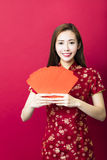 An neuf chinois heureux jeune femme avec l'enveloppe rouge photographie stock
