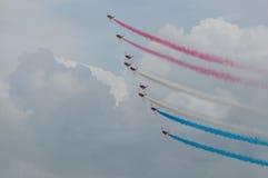 Neuf combattants effectuent des manoeuvres acrobatiques aériennes Photo libre de droits