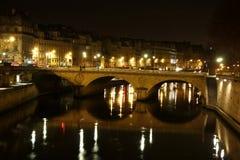 Neuf de Pont en la noche y el río Sena Imagen de archivo libre de regalías