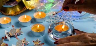 An neuf et Noël Allumez les bougies de fête Image stock