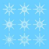 Neuf flocons de neige d'ensemble réglés pour la conception Blanc sur le fond bleu illustration stock