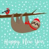 An neuf heureux La paresse accrochant sur la sorbe de sorbe absorbent la branche d'arbre de baie Oiseau de bouvreuil Santa Hat Jo illustration libre de droits
