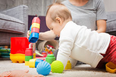 Neuf mois de bébé jouant avec ses jouets Photographie stock libre de droits