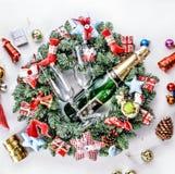 An neuf, Noël Décorations de Champagne, de Noël, boules multicolores et cadeaux avec un arbre de Noël photo stock