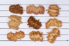 Neuf pains coupés en tranches de divers pains Photo libre de droits