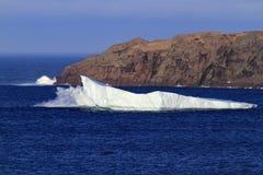 Neufundland-Eisberg mit zusammenstoßender Welle stockfotos