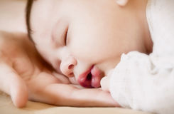 Neugeboren auf Händen des Mutter Stockfotos