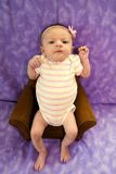 Neugeboren im Stuhl Stockfotos