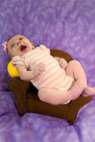Neugeboren im Stuhl Lizenzfreie Stockfotos