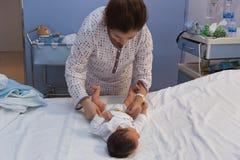 Neugeboren und Mutter an der Klinik Stockfotografie