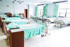 Neugeboren wenig grünes Bett nahe Bett des Mutter Lizenzfreie Stockbilder