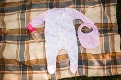 Neugeborene Babykleidung - geschossen von oben Stockfotografie