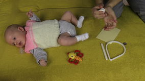 Neugeborene Babylüge auf Sofa- und Mutterhänden mischen spezielles Material stock video footage