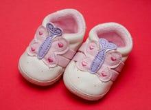Neugeborene Babyschuhe Stockfoto