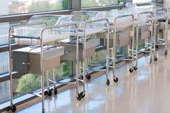 Neugeborene Korbwiegen oder Betten in der Krankenhaushalle Lizenzfreie Stockfotos