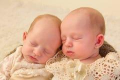 Neugeborene Zwillingsnahaufnahme stockbilder