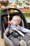 Neugeborener Junge in einem Spaziergänger lizenzfreies stockbild