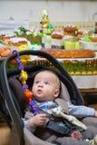 Neugeborener Junge in einem Spaziergänger lizenzfreie stockfotos