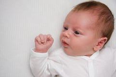 Neugeborener Junge mit Exemplarplatz Stockfoto