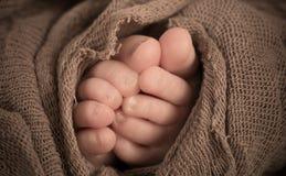 Neugeborener Kinderfuß, Familien-Liebe Stockbild