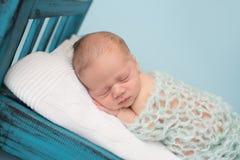 Neugeborenes Baby, das auf Bett schläft Stockfoto